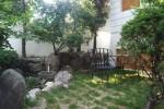 美丽的花草树木都景福维护良好的房子,一个花园杜松子酒; 4人