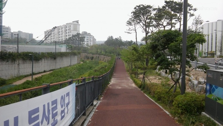 from exit 1 of Gwanggyo station (Shinbundang Line), go straight and take this small path (right side)